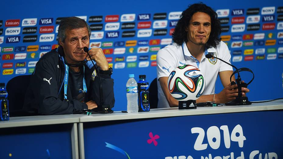 O técnico da seleção uruguaia Óscar Tabárez e o atacante Edinson Cavani durante coletiva de imprensa na véspera da partida contra a Inglaterra no Itaquerão, em São Paulo