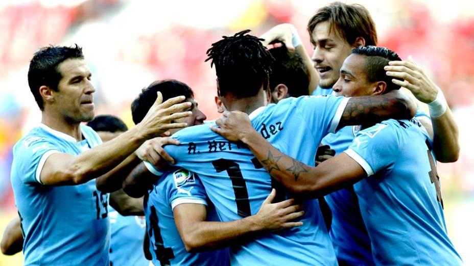 Jogadores do Uruguai comemoram gol contra o Taiti, pela Copa das Confederações, na Arena Pernambuco