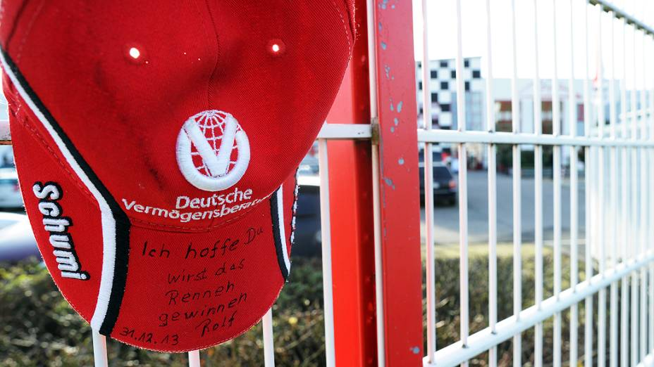 """Fã coloca boné com a frase """"Eu espero que você ganhe a corrida"""" em cima do muro do circuito de karting de propriedade de Michael Schumacher, em Kerpen, na Alemanha"""