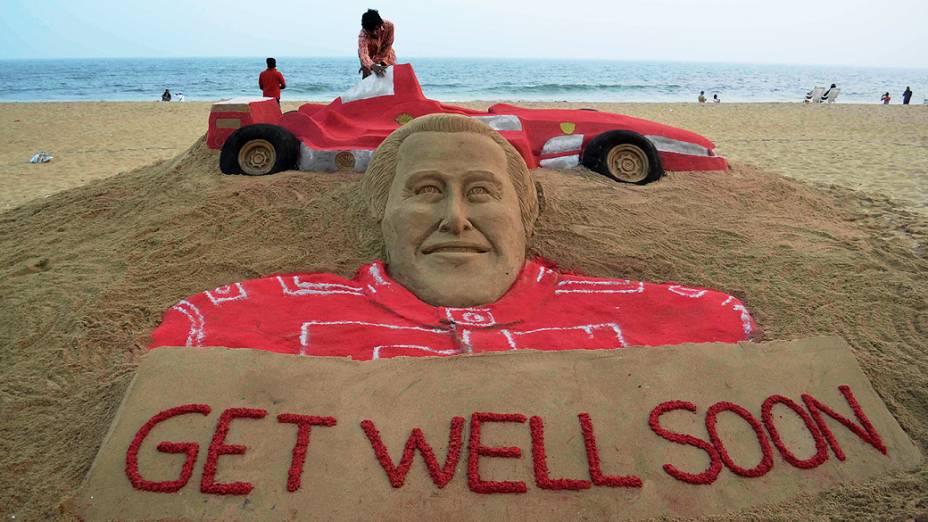 Artista Sudarsan Pattnaik faz uma escultura de areia de Michael Schumacher na praia de Puri, na Índia