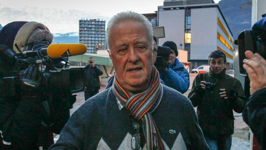 Rolf Schumacher, pai de Michael Schumacher, é cercado por jornalistas ao chegar ao Hospital Universitário de Grenoble, onde seu filho está recebendo tratamento, nos Alpes franceses