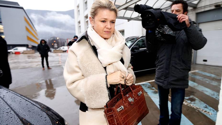 Corinna, esposa de Michael Schumacher, chega à unidade de emergência do hospital CHU em Grénoble, onde o heptacampeão de Fórmula 1 segue internado após acidente de esqui em Méribel, na França