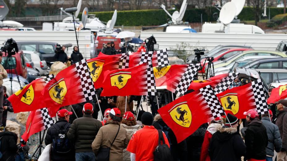 Fãs da Ferrari participam de um tributo pelo aniversário do ex-campeão mundial de Fórmula 1,  Michael Schumacher na frente do hospital CHU unidade de emergência em Grénoble