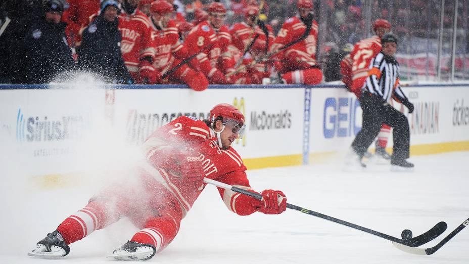 Diante de uma multidão, o Toronto Maple Leafs venceu o Detroit Red Wings (de vermelho)