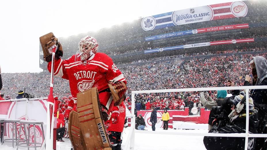 Uma multidão lotou o Michigan Stadium, em Ann Arbor, apesar do frio de 15 graus negativos, para assistir à vitória do Toronto Maple Leafs sobre o Detroit Red Wings durante a disputa de uma partida de hóquei a céu aberto no primeiro dia de 2014