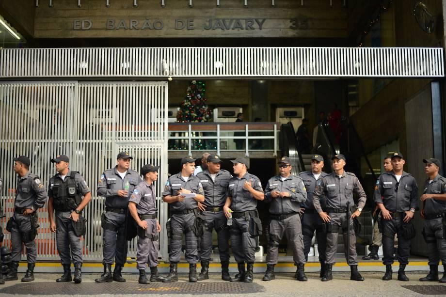 Movimentação de policiais em frente ao Superior Tribunal de Justiça Desportiva, no Rio de Janeiro