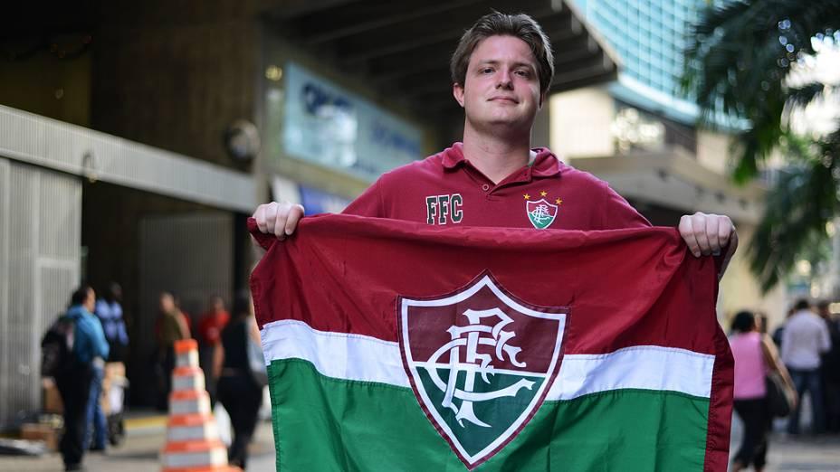 Torcedor do Fluminense em frente ao Superior Tribunal de Justiça Desportiva, no centro do Rio de Janeiro