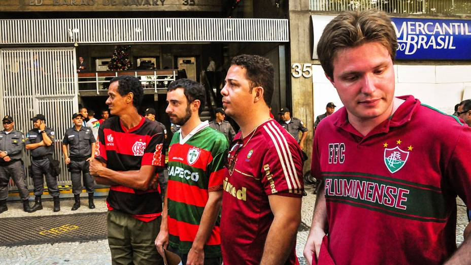 Torcedores aguardam o julgamento no Pleno do Superior Tribunal de Justiça Desportiva, no Rio de Janeiro