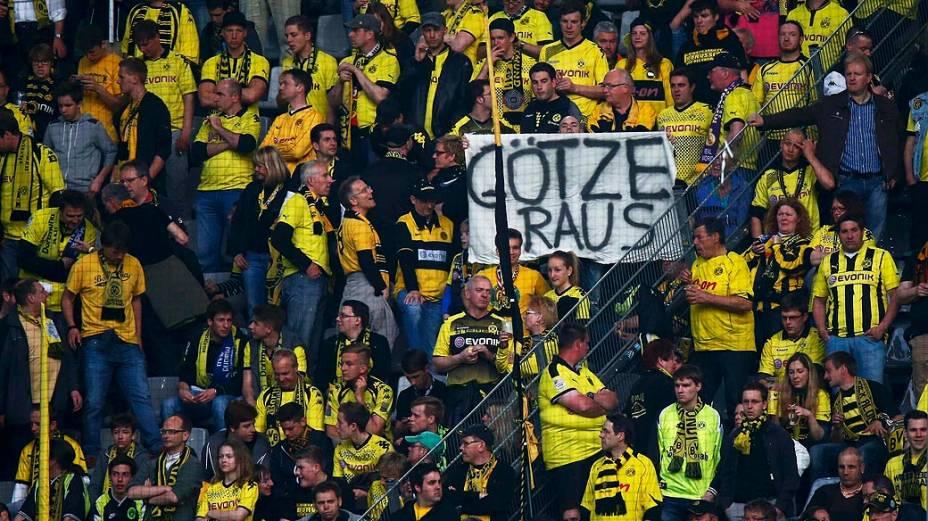 """Torcedores do Borussia Dortmund seguram faixa com as palavras Fora Goetze. Ele deixou a equipe sob protestos e com o apelido de """"Judas"""""""