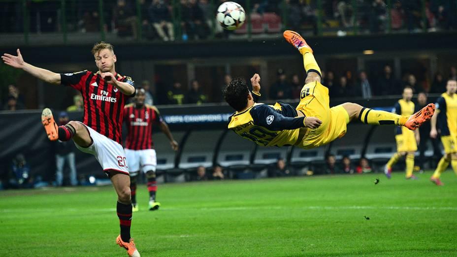 O jogador Diego Costa, do Atlético de Madri, dá um voleio na partida contra o Milan, pela Liga dos Campeões, em Milão