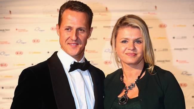 Michael Schumacher ao lado de sua esposa Corinna Betsch