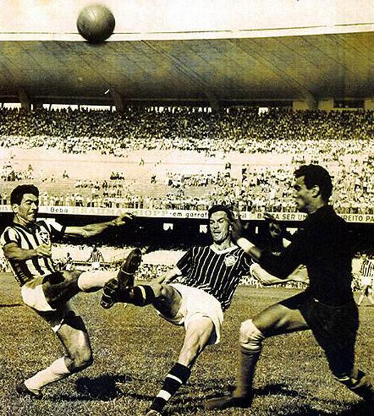 Nílton Santos no jogo entre Fluminense x Botofogo em 1952