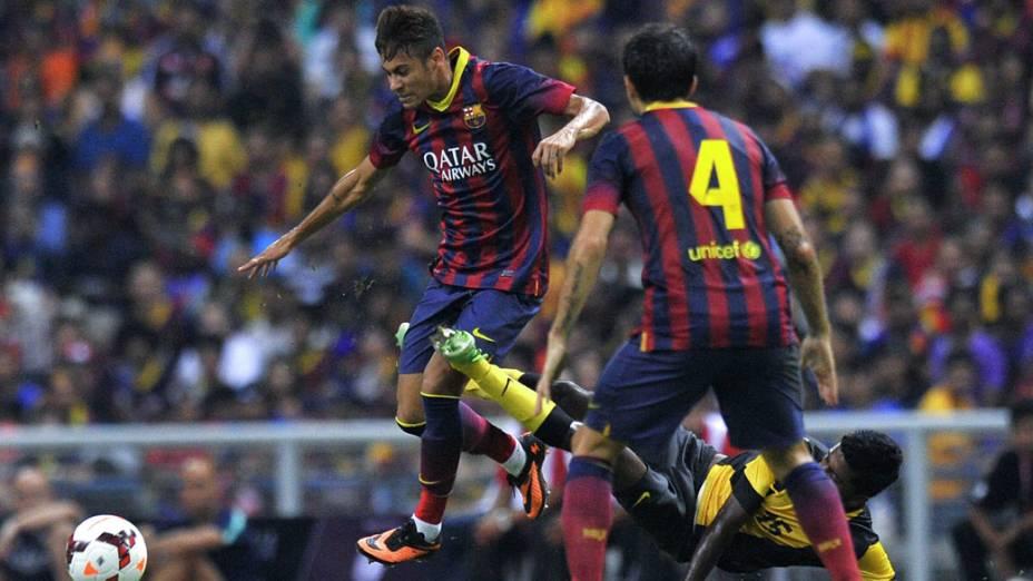 Neymar marca gol pelo Barcelona em amistoso contra um combinado da Malásia, no estádio Shah Alam