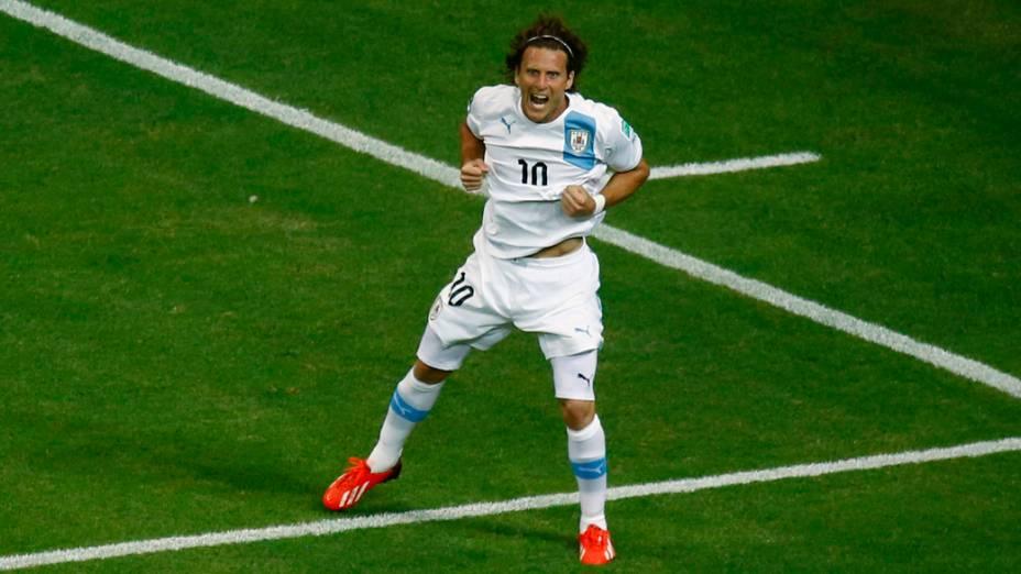 Diego Forlán comemora gol durante partida entre Nigéria e Uruguai em partida válida pela Copa das Confederações