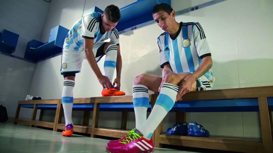 Ángel Di María veste o novo uniforme da Argentina para a Copa do Mundo 2014