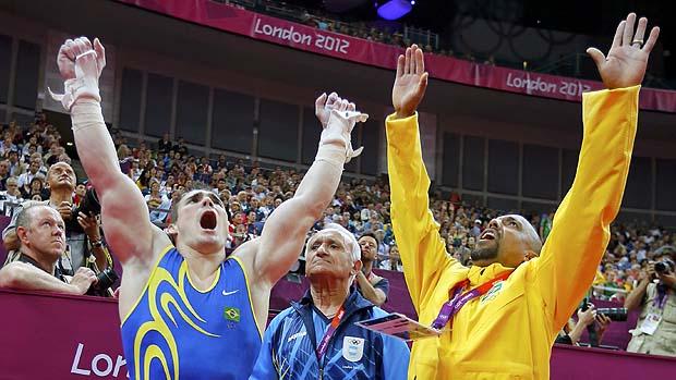 O brasileiro Arthur Zanetti (à esq.) comemora medalha de ouro nos Jogos Olímpicos de Londres