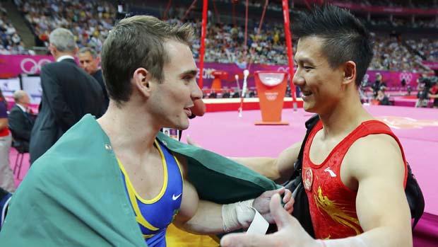 O brasileiro Arthur Zanetti é cumprimentado pelo ginasta chinês Chen Yibing, em 06/08/2012