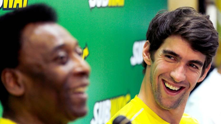 O nadador Michael Phelps olha para Pelé, durante evento em São Paulo