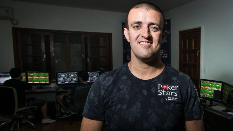 André Akkari dirige o centro de treinamento profissional de pôquer que leva seu nome, na cidade de Cabreúva, São Paulo