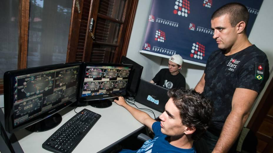 André Akkari dirige o centro de treinamento profissional de pôquer