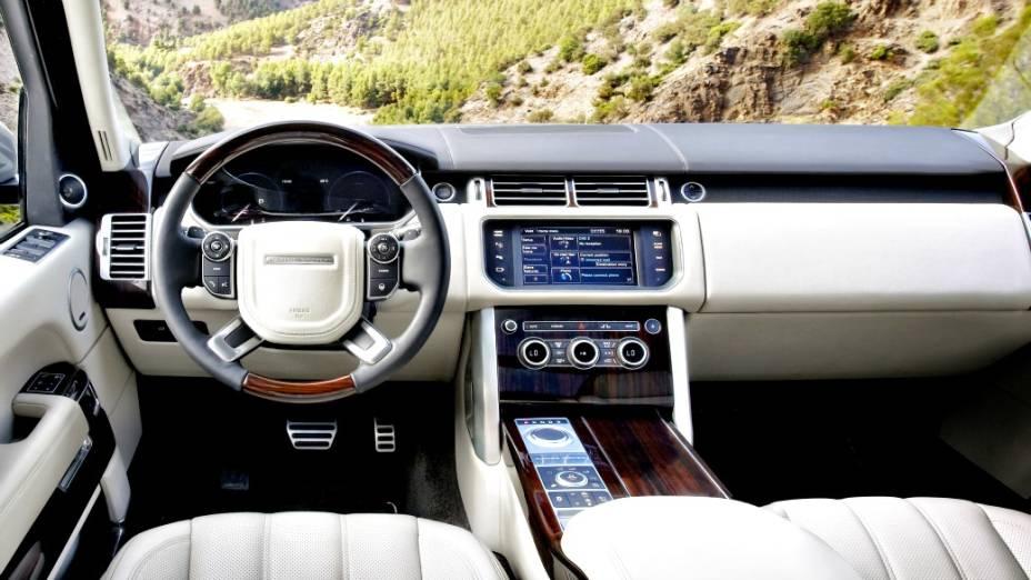 A quarta geração do Land Rover Range Rover chega às lojas na versão Vogue V8 4.4, a diesel