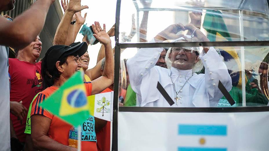 Corredor fantasiado de papa Francisco em um papamóveldurantea 89ª Corrida de São Silvestre