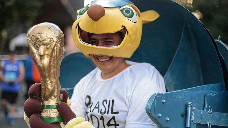 Corredor vestido de Fuleco, o mascote da Copa do Mundo 2014 durantea89ª Corrida de São Silvestre
