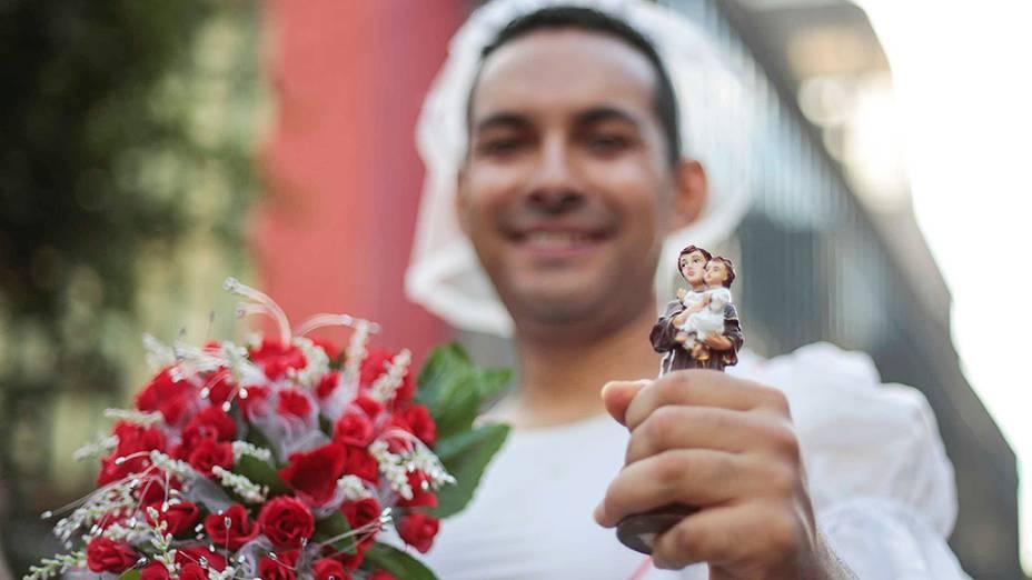 Corredor vestido de noiva durante a89ª Corrida de São Silvestre