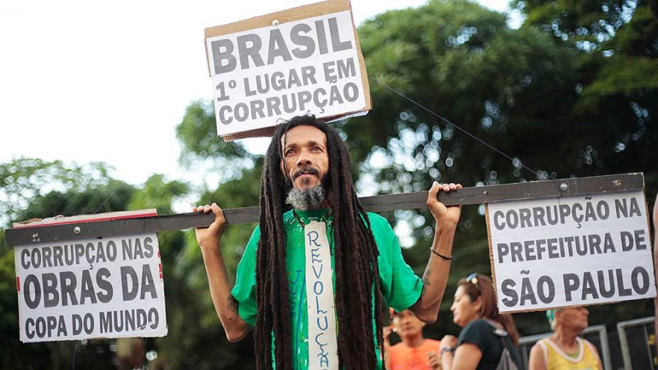 Corredor aproveita para protestar contra a corrupção durante a89ª edição da tradicionalCorrida de São Silvestre