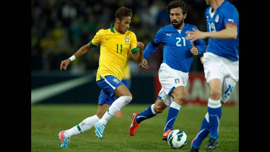 Neymar disputa a bola com Pirlo no amistoso entre Brasil e Itália