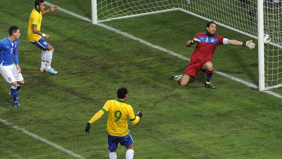 Fred marca o primeiro gol no amistoso entre Brasil e Itália