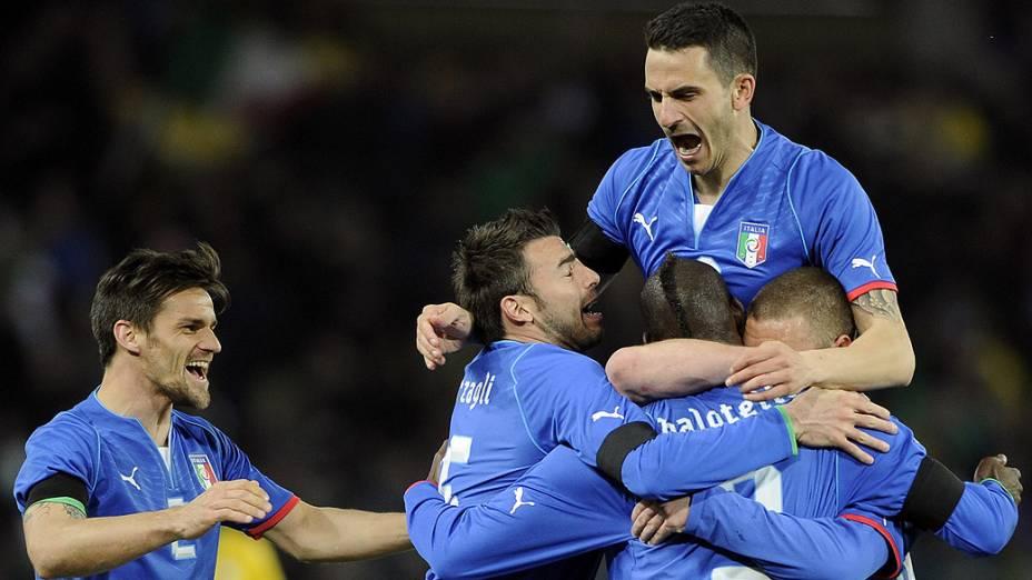 Jogadores da Itália comemoram gol de empate no amistoso contra o Brasil