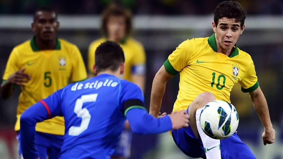 Oscar durante o amistoso entre Brasil e Itália em Genebra
