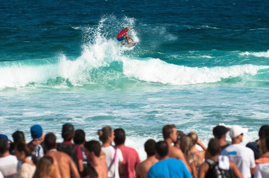O surfista Kelly Slater faz uma manobra durante o Billabong Pro Rio 2014