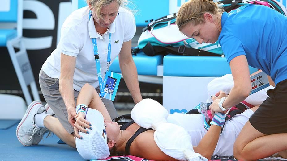 Yaroslava Shvedova foi atendida pela equipe médica em partida contra Sloane Stephens