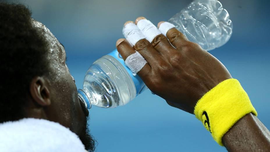 O francês Gael Monfils: muita água durante partida contra Ryan Harrison
