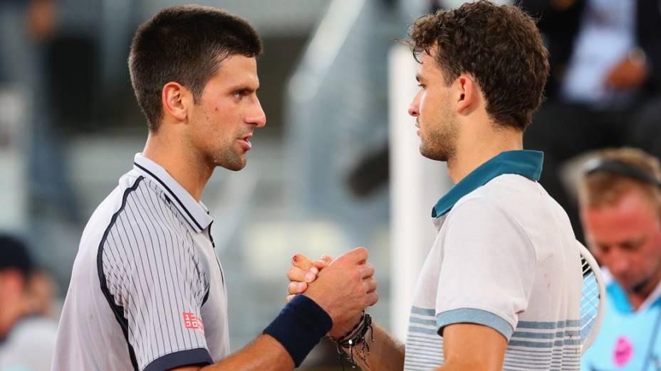 Dimitrov cumprimenta Djokovic após derrotar o sérvio  por 2 sets a 1