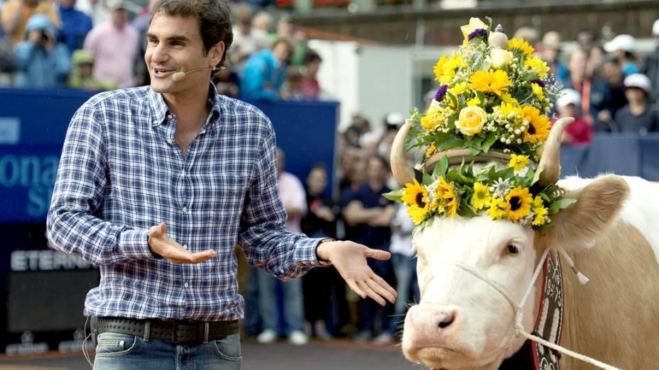 Roger Federer é presenteado com a vaca Desirée, em Gstaad, na Suíça