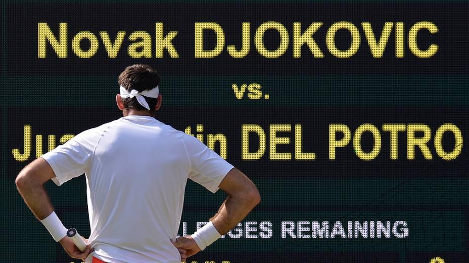 Argentino Juan Martin Del Potro observa o placar após a derrota para o sérvio Novak Djokovic na semifinal do torneio de Wimbledon 2013