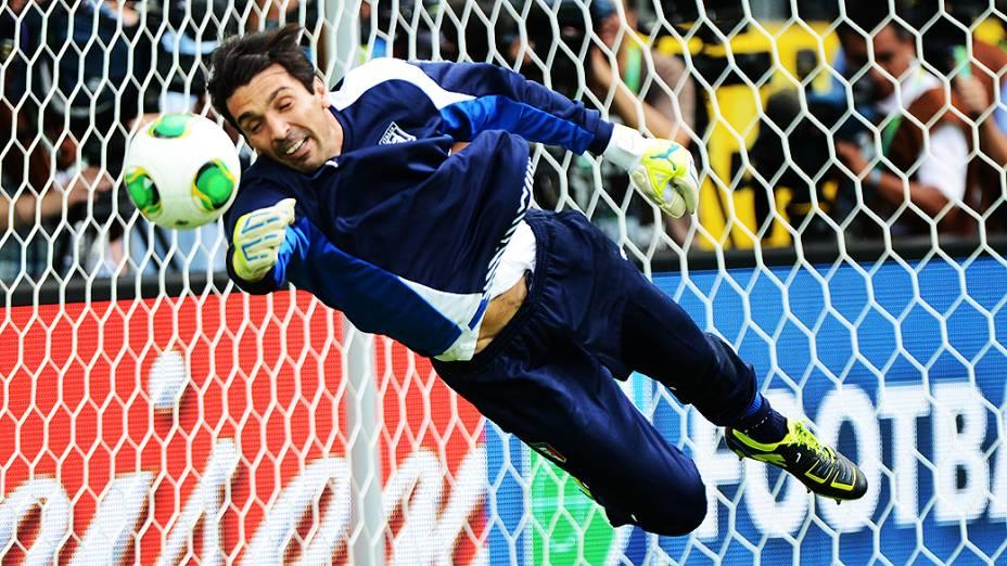 Buffon durante treino da Itália para jogo contra o Brasil válida para a Copa das Confederações, nesta sexta-feira (21), na Arena Fonte Nova
