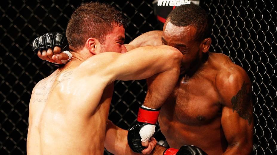 Yuri Villefort dando uma cotovelada em Sean Spencer no UFC Fight Night realizado na Arena Mineirinho em Belo Horizonte