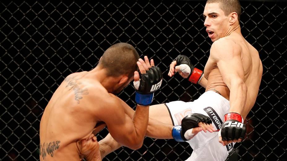 Lucas Martins acerta chute em Junior Hernandez durante o UFC Fight Night realizado na Arena Mineirinho em Belo Horizonte