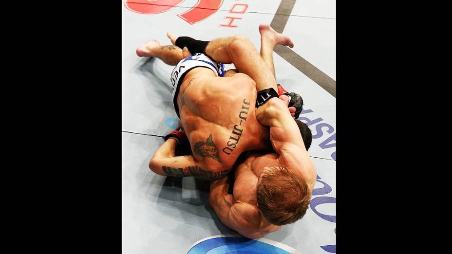 Ali Bagautinov tenta uma guilhotina contra Marcos Vinicius e vence o UFC Fight Night realizado na Arena Mineirinho em Belo Horizonte