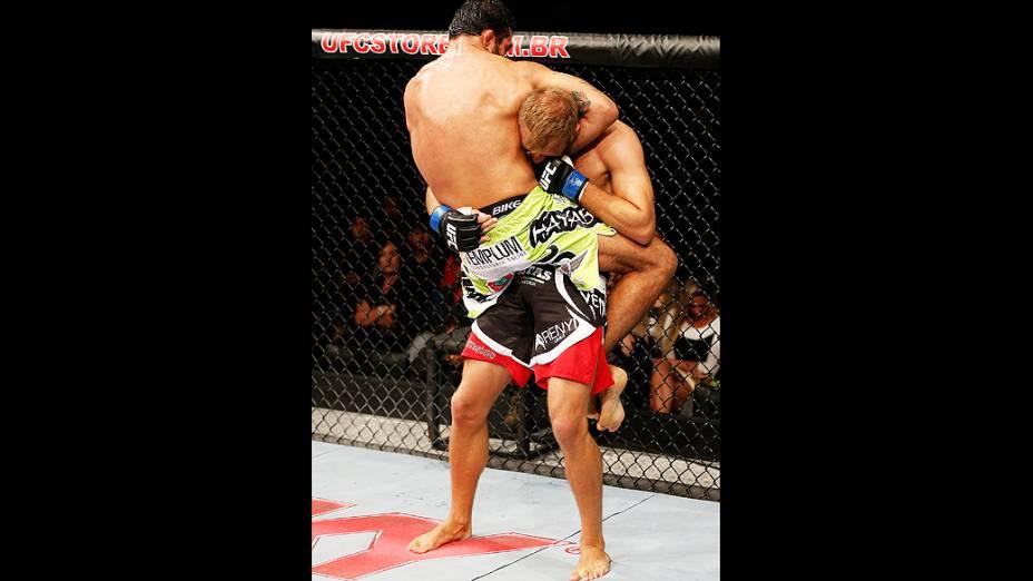 Rafael Natal tenta garantir uma guilhotina contra Tor Troeng e vence o UFC Fight Night realizado na Arena Mineirinho em Belo Horizonte