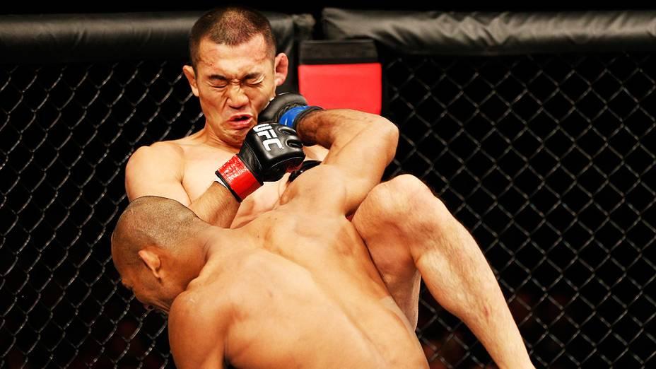 """Ronaldo """"Jacaré"""" Souza nocauteia Yushin Okami com um soco no UFC Fight Night realizado na Arena Mineirinho em Belo Horizonte"""