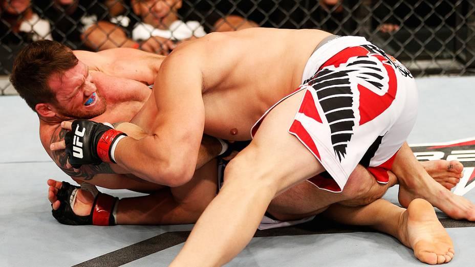 Ryan Bader tenta uma guilhotina contra Glover Teixeira no UFC Fight Night realizado na Arena Mineirinho em Belo Horizonte