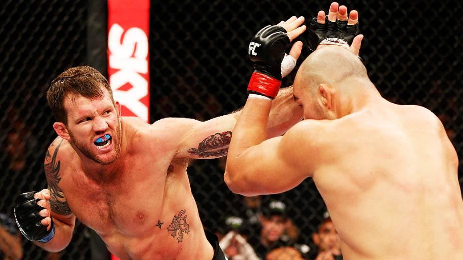 Ryan Bader acerta socos em Glover Teixeira no UFC Fight Night realizado na Arena Mineirinho em Belo Horizonte