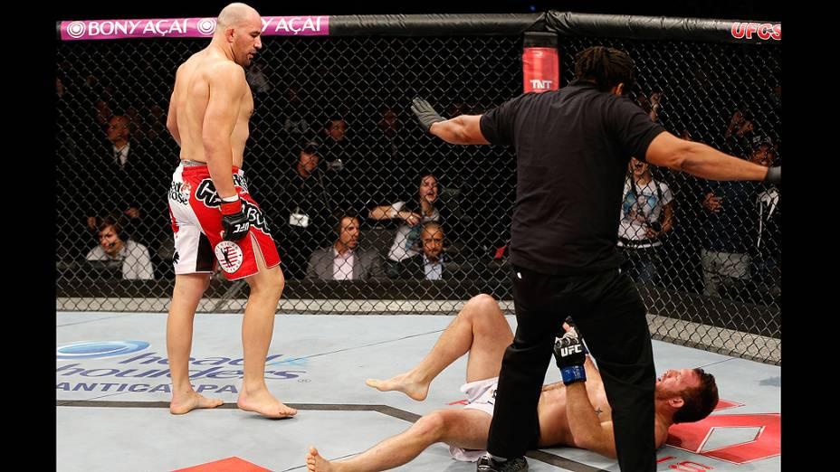 Glover Teixeira nocautea Ryan Bade no UFC Fight Night realizado na Arena Mineirinho em Belo Horizonte