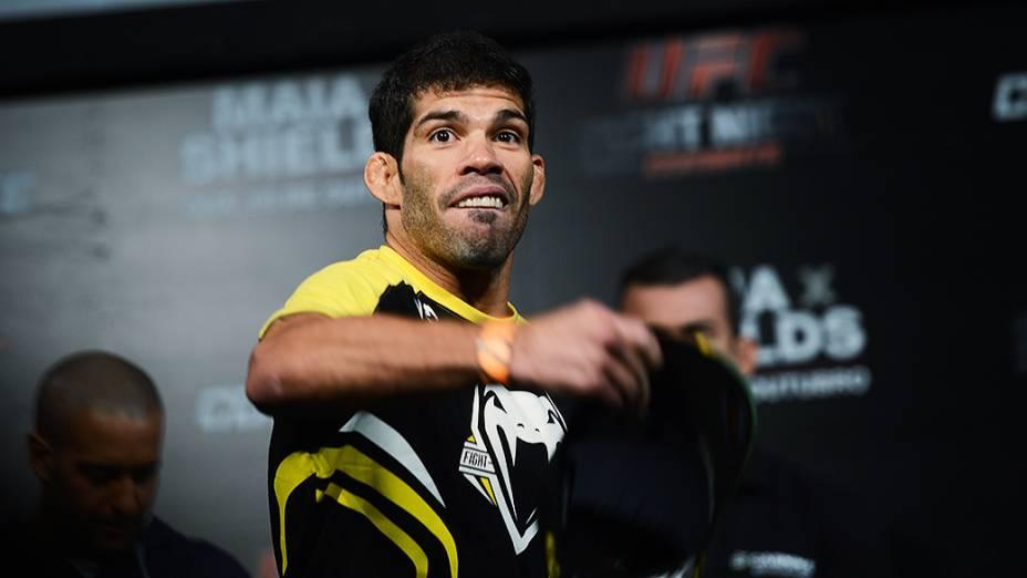 Raphael Assunção durante a pesagem do UFC em Barueri