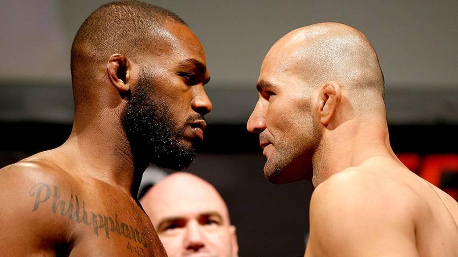 Os lutadores Jon Jones e Glover Teixeira durante a pesagem do UFC 172, em Baltimore no EUA